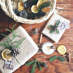 DIY-Christmas-gift-wrapping-ideas-natural-materials-brown-paper-pine-cones-twigs-dried-fruits